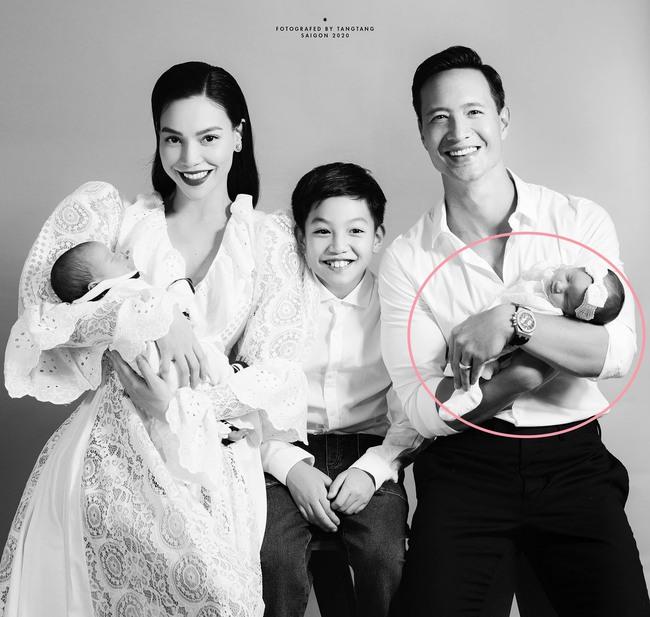 Hồ Ngọc Hà đăng bức ảnh gia đình đẹp như mơ nhưng hội mẹ bỉm sữa lại phát hiện ngay ra điểm không ổn - Ảnh 1.