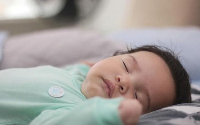 Bật đèn ngủ để chăm trẻ sơ sinh rất tiện lợi, nhưng 4 hiểm họa khôn lường cha mẹ nên nắm rõ - Ảnh 3.