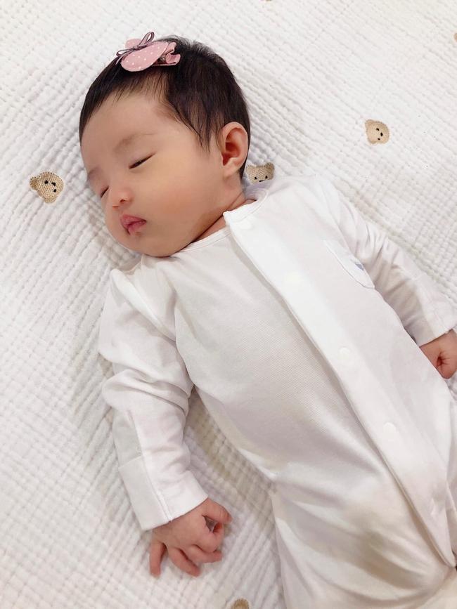Đông Nhi chính thức khoe cận cảnh gương mặt của con gái đầu lòng - Ảnh 3.