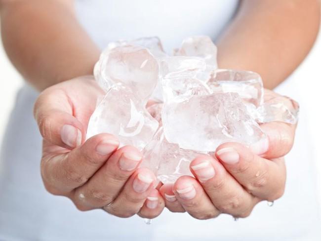 Đặt một viên đá lạnh lên cổ, lợi ích nhận được không chỉ là giảm đau, ngủ ngon, là phụ nữ càng nên thử - Ảnh 5.
