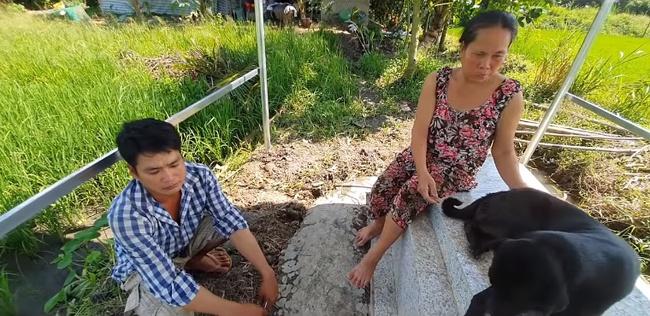 Cảm thương chú chó trung thành nằm canh mộ chủ suốt 3 năm ở Long An, mạnh thường quân góp tiền xây mái che cho mộ để chú chó có chỗ trú nắng, trú mưa  - Ảnh 3.