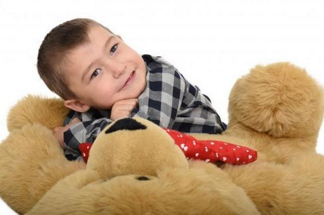 Cậu bé suýt chết 3 lần trong 2 tuần và hành trình 6 năm chống lại hội chứng rối loạn di truyền, một số dấu hiệu cha mẹ cần để ý ở con - Ảnh 1.