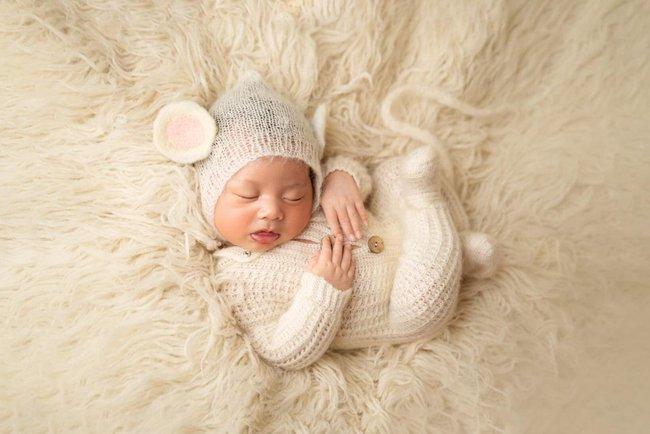Á hậu Thúy Vân khoe ảnh con trai có hành động lạ khiến mọi người thích thú, đa số trẻ sơ sinh không làm được  - Ảnh 1.