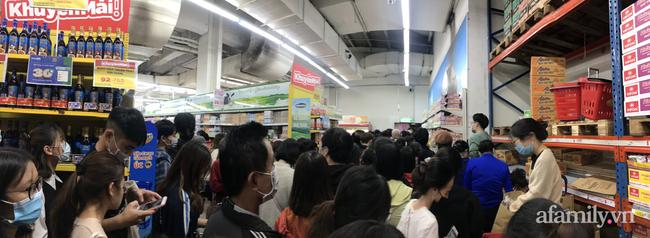 Hà Nội: Hàng nghìn người chen lấn tới trung tâm thương mại lúc nửa đêm xếp hàng mua đồ giảm giá ngày Black Friday - Ảnh 2.
