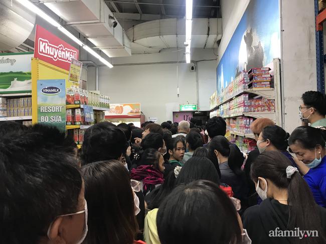 Hà Nội: Hàng nghìn người chen lấn tới trung tâm thương mại lúc nửa đêm xếp hàng mua đồ giảm giá ngày Black Friday - Ảnh 3.