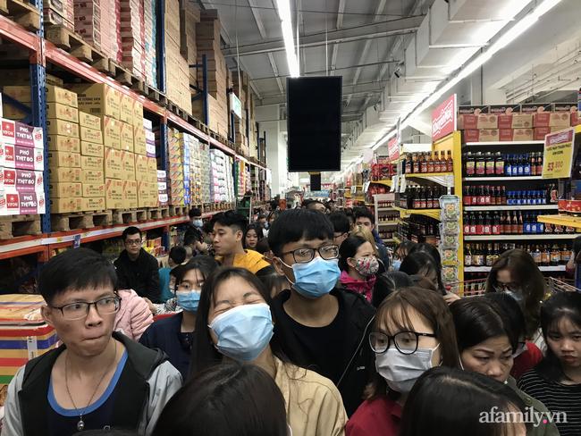 Hà Nội: Hàng nghìn người chen lấn tới trung tâm thương mại lúc nửa đêm xếp hàng mua đồ giảm giá ngày Black Friday - Ảnh 5.