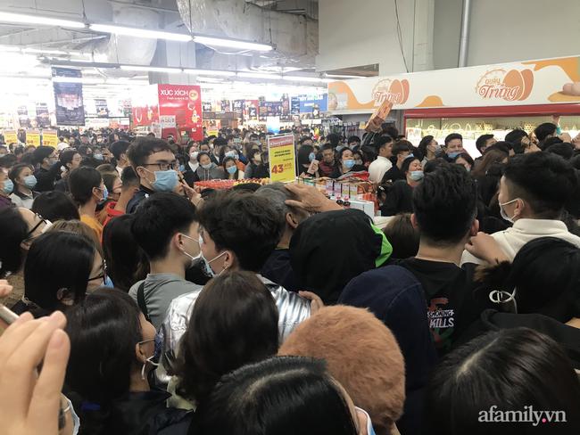 Hà Nội: Hàng nghìn người chen lấn tới trung tâm thương mại lúc nửa đêm xếp hàng mua đồ giảm giá ngày Black Friday - Ảnh 6.
