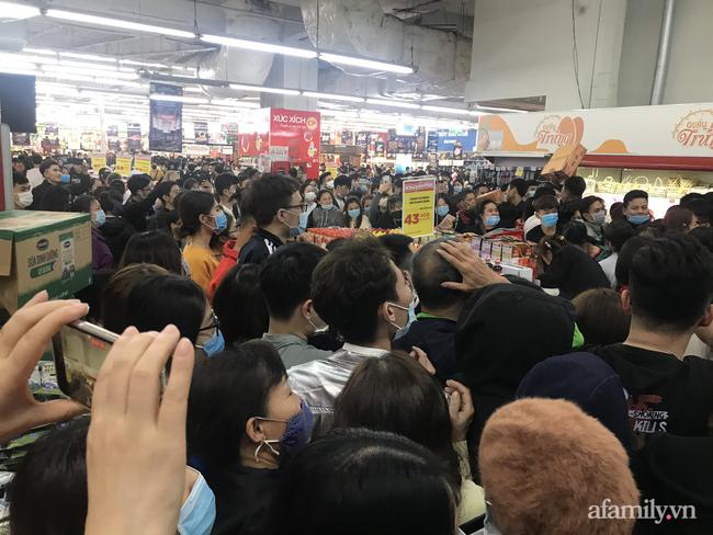 Hà Nội: Hàng nghìn người chen lấn tới trung tâm thương mại lúc nửa đêm xếp hàng mua đồ giảm giá ngày Black Friday - Ảnh 8.