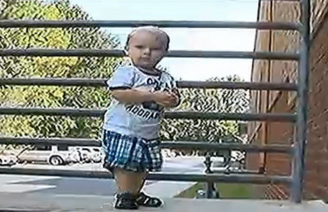 Chó cưng hành xử kỳ lạ mỗi khi ở bên cạnh con trai 7 tháng tuổi, bố mẹ lắp camera liền báo cảnh sát bắt giữ bảo mẫu - Ảnh 2.