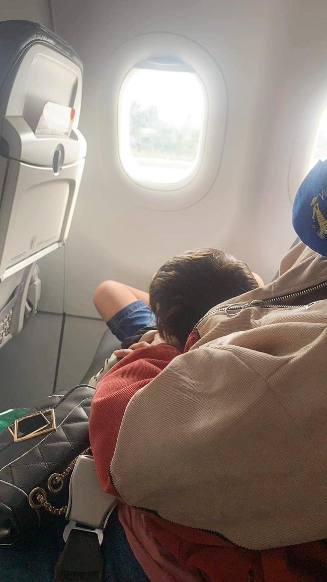 Cộng đồng mạng dậy sóng bức xúc với bà mẹ trẻ vô tư cho con nhỏ chiếm ghế của người khác trên máy bay - Ảnh 1.