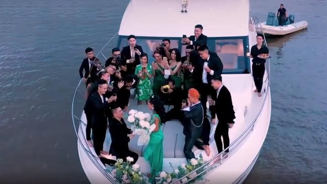 Choáng ngợp với màn cầu hôn cực lãng mạn trên du thuyền triệu đô, chiếc nhẫn đính hôn cũng được dân tình bóc giá tiền tỷ - Ảnh 1.