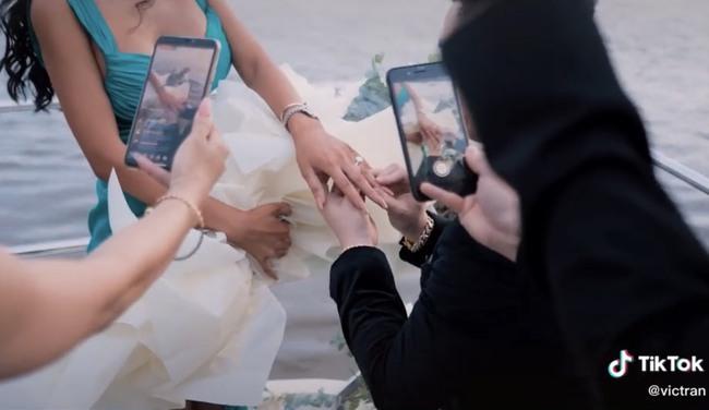 Choáng ngợp với màn cầu hôn cực lãng mạn trên du thuyền triệu đô, chiếc nhẫn đính hôn cũng được dân tình bóc giá tiền tỷ - Ảnh 3.