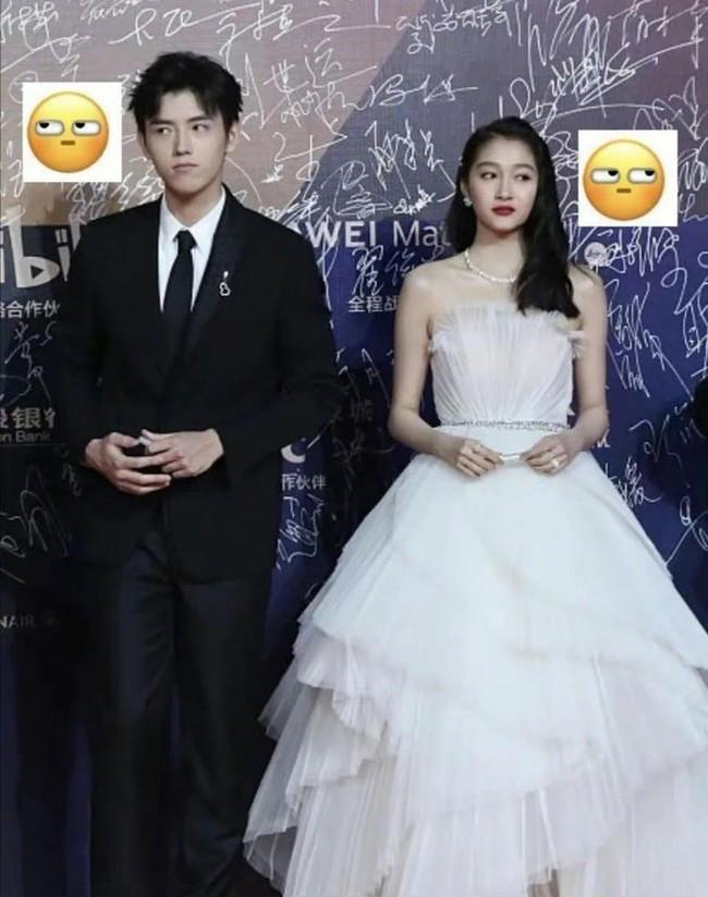 No.1 hot search Weibo: Biểu cảm của Quan Hiểu Đồng và Trần Phi Vũ khi đứng cạnh nhau trên thảm đỏ Kim Kê 2020 - Ảnh 1.