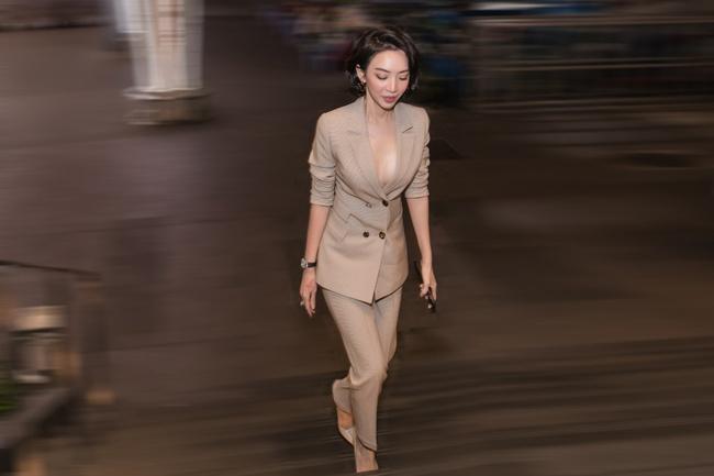 """Thu Trang khoe ngực đầy sexy, nhắc chuyện Anh Tú - Châu Bùi đóng """"Chị Mười Ba 2"""" - Ảnh 1."""