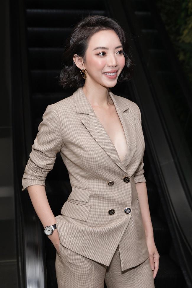 """Thu Trang khoe ngực đầy sexy, nhắc chuyện Anh Tú - Châu Bùi đóng """"Chị Mười Ba 2"""" - Ảnh 2."""