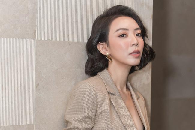 """Thu Trang khoe ngực đầy sexy, nhắc chuyện Anh Tú - Châu Bùi đóng """"Chị Mười Ba 2"""" - Ảnh 5."""