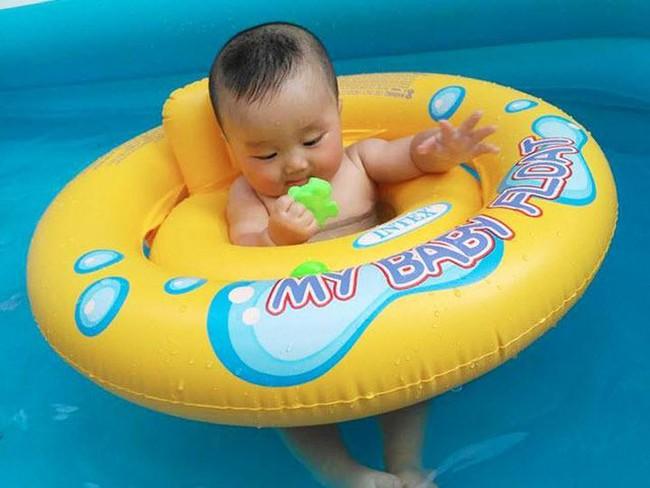 Em bé sơ sinh chết ngạt khi tập bơi ở nhà dù có sự giám sát của người lớn - Ảnh 3.