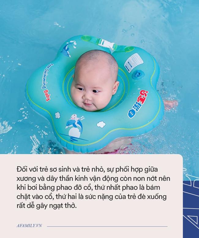 Em bé sơ sinh chết ngạt khi tập bơi ở nhà dù có sự giám sát của người lớn - Ảnh 2.