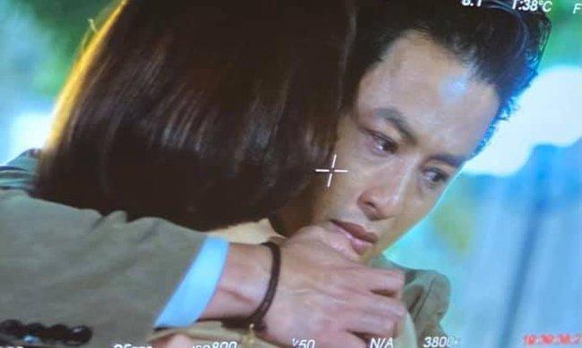 Hướng dương ngược nắng: Hồng Đăng chia sẻ ảnh khóc nức nở khi ôm một cô gái, fan bèn đoán ngay chính là Hồng Diễm - Ảnh 1.