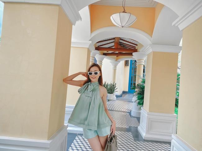 Phương Oanh lên đồ tông xanh dịu mát trong chuyến du lịch Phú Quốc.