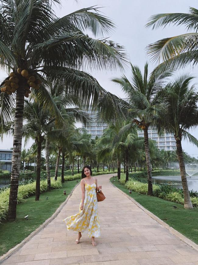 Văn Mai Hương thả dáng giữa khung cảnh thiên nhiên thơ mộng.