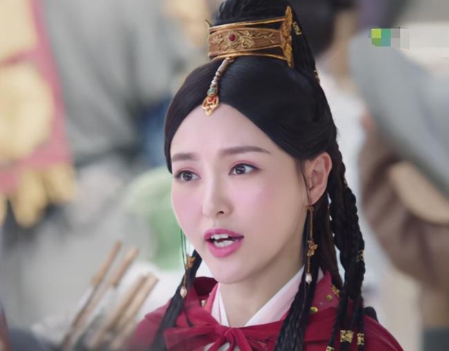 """""""Yến Vân Đài"""": Đường Yên bị chỉ trích lợi dụng con gái quảng bá phim, còn đánh má hồng quá đà khiến netizen nổi giận  - Ảnh 5."""