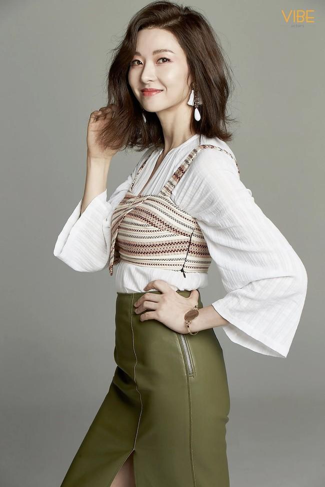 """""""Mẹ Suzy"""" Song Seon Mi: Gây tranh cãi vì mặc đồ phản cảm khoe nguyên vòng 3 trên thảm đỏ, bất hạnh khi chồng bị anh họ giết hại do tranh chấp khối tài sản hơn 1.000 tỷ đồng - Ảnh 15."""