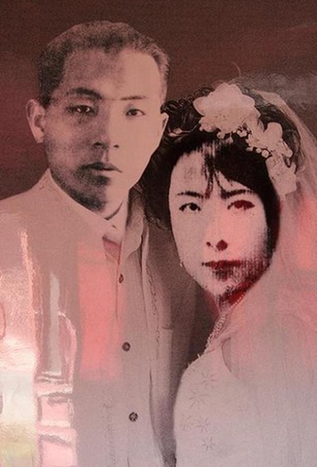 7 chữ đặc biệt khiến vợ đồng ý kí vào đơn ly hôn, sau 50 năm xa cách, chồng nhìn thấy nội dung ghi trên bia mộ người cũ thì hoàn toàn suy sụp, bật khóc - Ảnh 2.