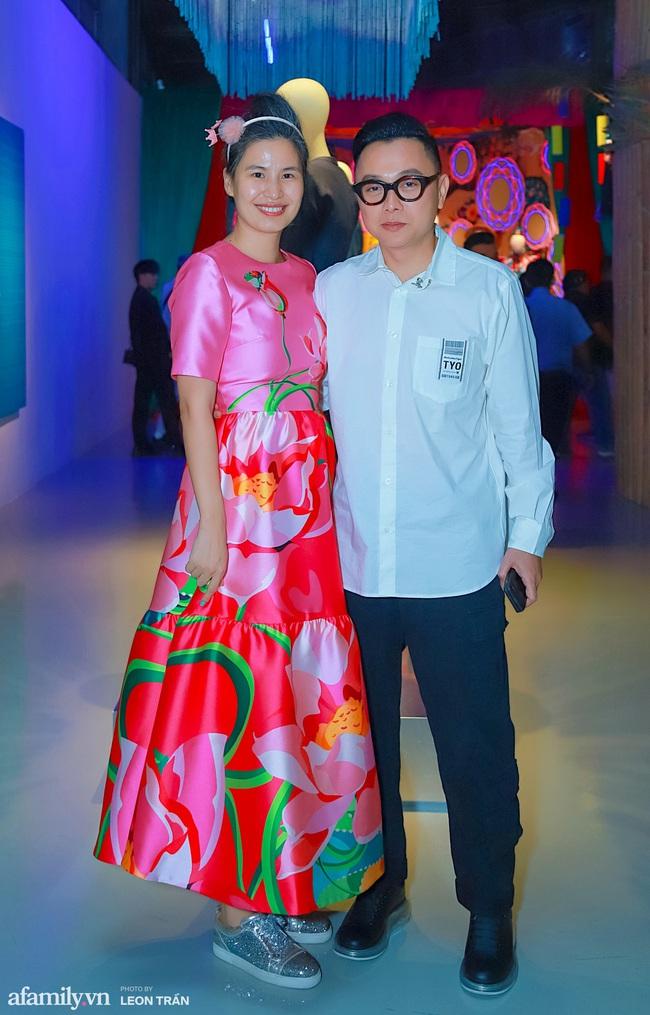Phan Như Thảo diện đầm đen, tay trong tay tình tứ bên chồng đại gia - Ảnh 4.