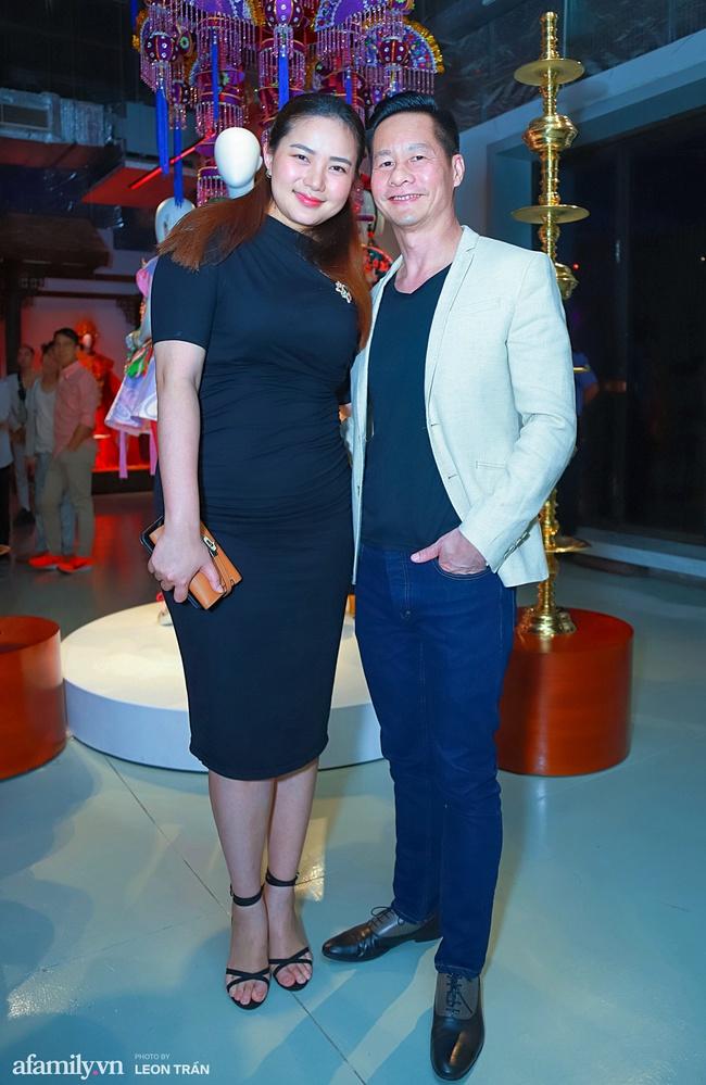 Phan Như Thảo diện đầm đen, tay trong tay tình tứ bên chồng đại gia - Ảnh 2.