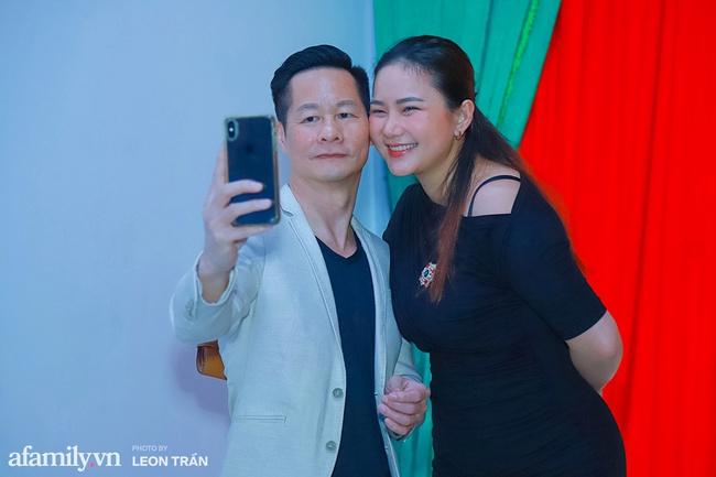 Phan Như Thảo diện đầm đen, tay trong tay tình tứ bên chồng đại gia - Ảnh 3.