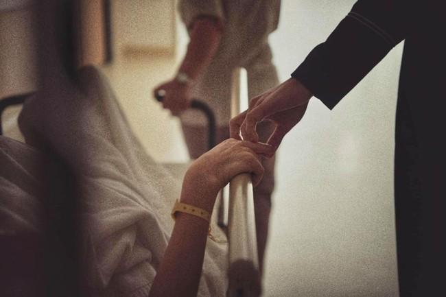 Khoảnh khắc Hồ Ngọc Hà được bạn trai nắm tay đưa tới tận cửa phòng sinh - Ảnh 1. Khoảnh khắc Kim Lý nắm tay Hồ Ngọc Hà đưa tới tận cửa phòng sinh gây sốt