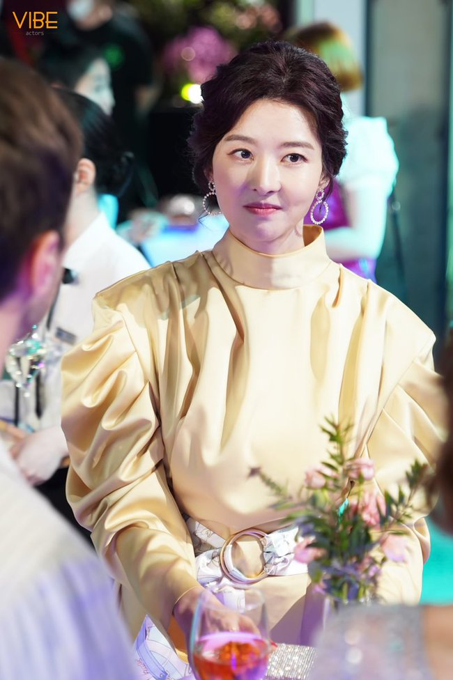 """""""Mẹ Suzy"""" Song Seon Mi: Gây tranh cãi vì mặc đồ phản cảm khoe nguyên vòng 3 trên thảm đỏ, bất hạnh khi chồng bị anh họ giết hại do tranh chấp khối tài sản hơn 1.000 tỷ đồng - Ảnh 2."""