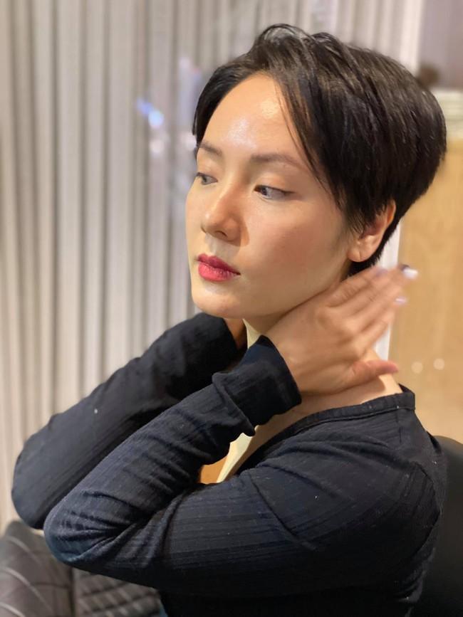 """Phương Linh bất ngờ """"xuống tóc"""". Cô khẳng định: """"Vẫn hết sức nữ tính nhé""""."""