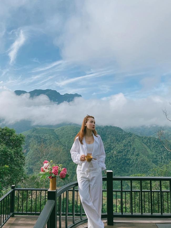 """Yến Trang đăng hình cùng dòng chú thích: """"Kìa một làn mây che nghiêng lối em sao hồn nhiên""""."""