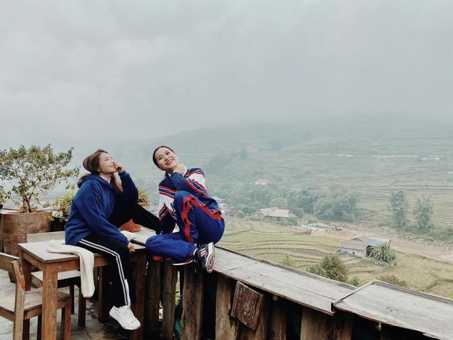 Khả Như và Lâm Vỹ Dạ tranh thủ chụp hình khi tới Sapa.