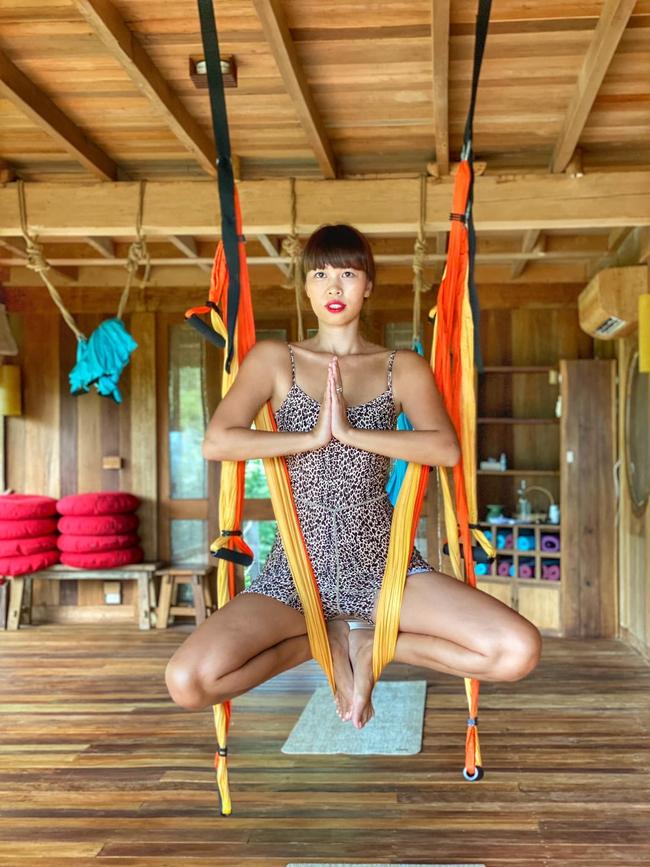 Hà Anh thử sức với bộ môn yoga dây treo người lơ lửng trên cao.