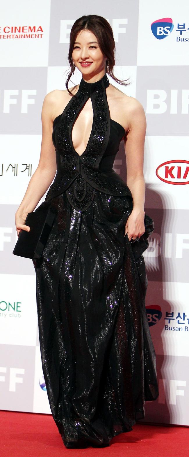 """""""Mẹ Suzy"""" Song Seon Mi: Gây tranh cãi vì mặc đồ phản cảm khoe nguyên vòng 3 trên thảm đỏ, bất hạnh khi chồng bị anh họ giết hại do tranh chấp khối tài sản hơn 1.000 tỷ đồng - Ảnh 10."""