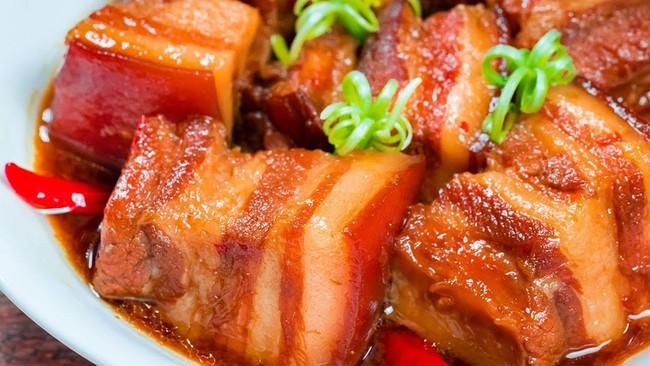 Mách chị em cách làm món thịt kho tàu ngon nức lòng, không cần chưng nước hàng mà thịt vẫn ra màu chuẩn chỉ! - Ảnh 1.