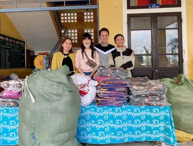 Vợ chồng Đăng Khôi - Thủy Anh chân trần lội nước đến phát quà cho học sinh vùng lũ tại Huế - Ảnh 6.