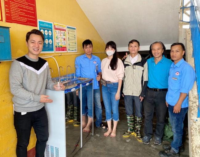 Vợ chồng Đăng Khôi - Thủy Anh chân trần lội nước đến phát quà cho học sinh vùng lũ tại Huế - Ảnh 5.