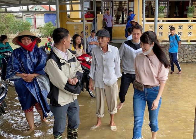 Vợ chồng Đăng Khôi - Thủy Anh chân trần lội nước đến phát quà cho học sinh vùng lũ tại Huế - Ảnh 2.