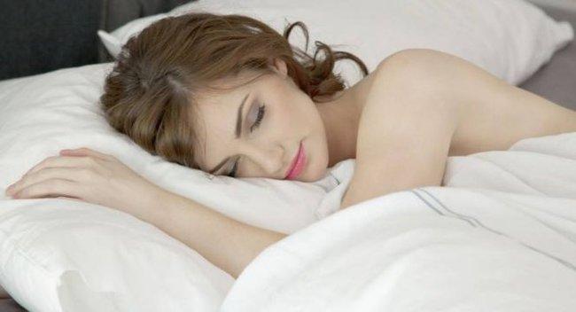 Nằm ngủ ở tư thế này có thể khiến nhiều chị em đỏ mặt nhưng thực tế lại vô cùng có lợi cho gan, thận, vùng kín - Ảnh 3.