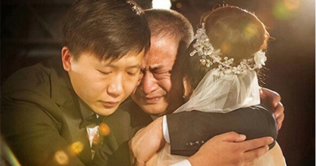 Vừa dựng rạp cưới cho con gái thì nhận được tin nhắn: `` Nói cho mẹ biết bộ mặt thật của con rể đi '', ông bố vợ vẫn tươi cười rồi chắp tay `` chốt hạ '' .  Làm mọi người ngạc nhiên - Ảnh 2.
