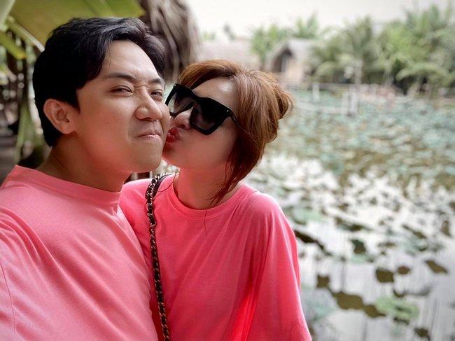 Vợ chồng Trấn Thành - Hari Won mặc đồ đôi tình cảm.