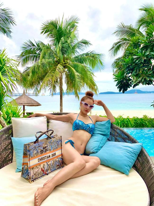 Phương Trinh Jolie tạo dáng gợi cảm trong trang phục bikini.