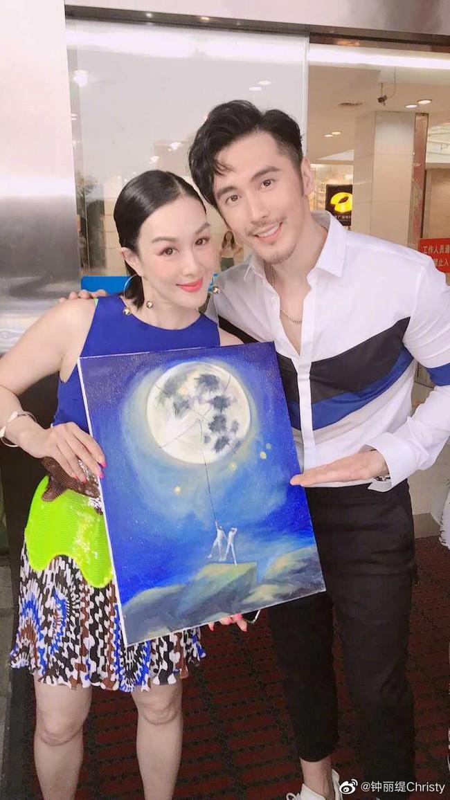Vợ chồng Chung Lệ Đề - Trương Luân Thạc trong ngày kỷ niệm kết hôn.