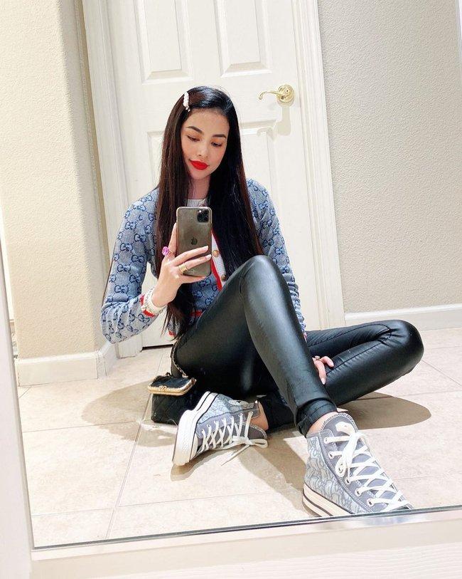 Phạm Hương tự tin up hình selfie mới sau khi bị chê vì lộ eo bánh mì.