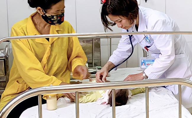 Qua chuyện bé 11 tháng tuổi bị ngộ độc thuốc nhỏ mũi, BS Nhi vạch ngay loạt sai lầm của bố mẹ trong việc vệ sinh Tai - Mũi - Mắt cho con hàng ngày - Ảnh 1.