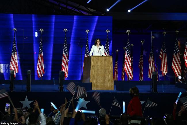 Vừa nhận tin chiến thắng, nữ Phó thống Mỹ đắc cử đã gửi thông điệp gây xúc động nghẹn ngào và những bức ảnh hiếm thấy của bà khi còn nhỏ - Ảnh 2.